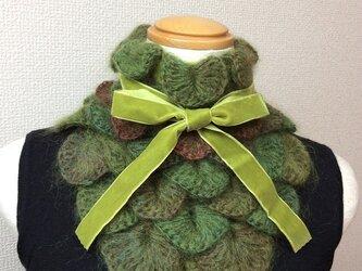 うろこ編みのサンカクミニマフラー うぐいす色の画像