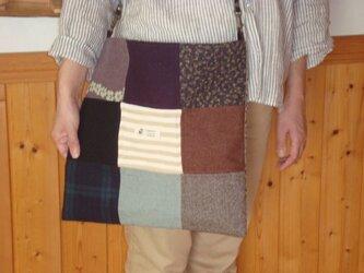 パッチワークキルトをあしらったショルダーバッグです。※紐部は綿製既製品です。の画像