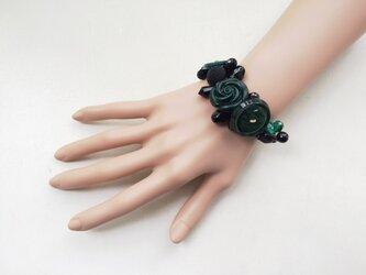 黒と緑のボタンブレスレット cの画像