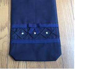 ピンクの花の手刺繍★紺色のシューズバッグの画像