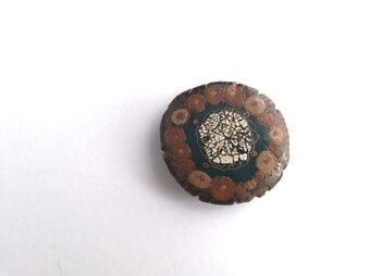 陶胎 色漆塗文ブローチ 卵殻丸の画像