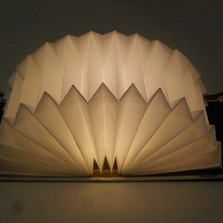 ブック型ライト「Shell-Light」コンパクトに折りたためる明かり /きゅーとな黒猫の画像