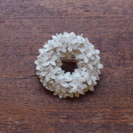白い花のリングブローチの画像