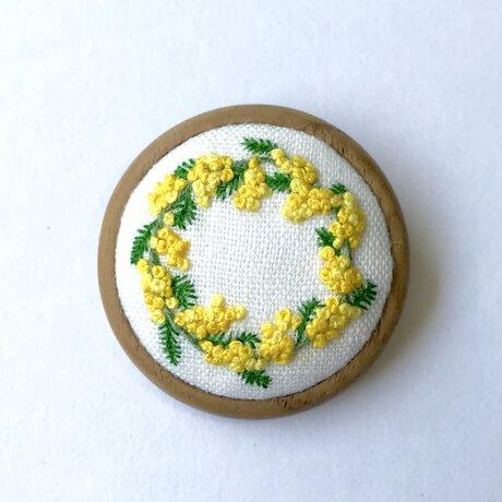 ミモザのリース 木枠の刺繍ブローチの画像