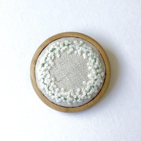 かすみ草のリース 木枠の刺繍ブローチの画像