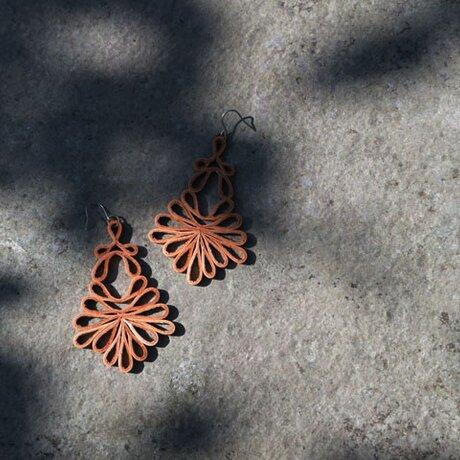 透かし模様のレザーピアス leafの画像