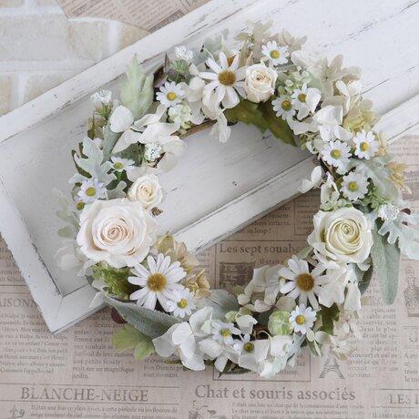 母の日に 白いバラとマーガレットのグレイッシュリースの画像