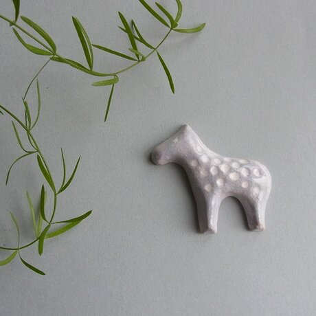 UMA 陶器ブローチ[グレー]の画像