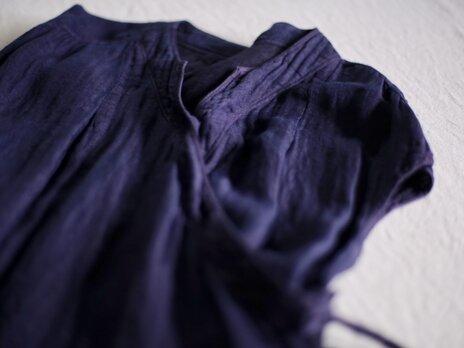 草木染め 細糸リネンガーゼのカシュクールブラウス(プラム色)の画像