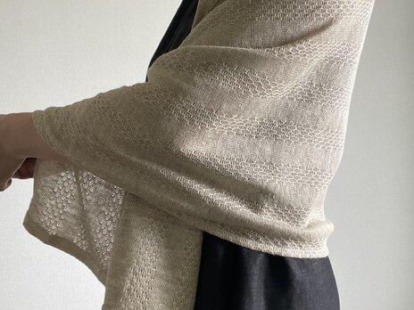 リネンニットのショール 生成り 模様編みの画像