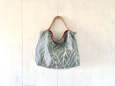 ブルーグレー色ジャカード生地の鞄の画像