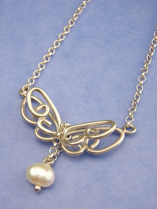 蝶のネックレス(淡水パール)の画像1枚目