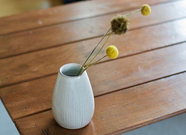 白い陶器の花瓶(鎬)の画像1枚目