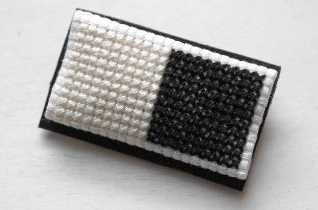 四角x2のブローチ / 白x黒の画像1枚目