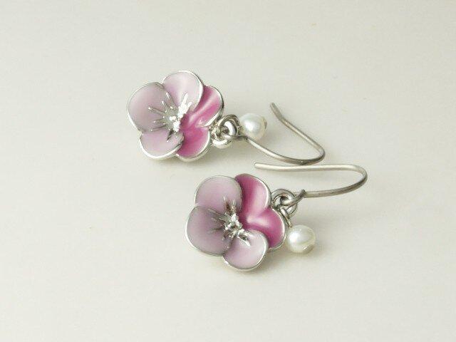お花のチャームと淡水パールのピアス ビオラ ピンクの画像1枚目