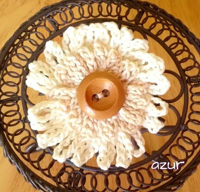 花のコサージュ(小)  生成り色+ベージュの画像1枚目