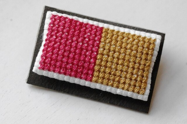 四角x2のブローチ / ピンクx黄金色の画像1枚目