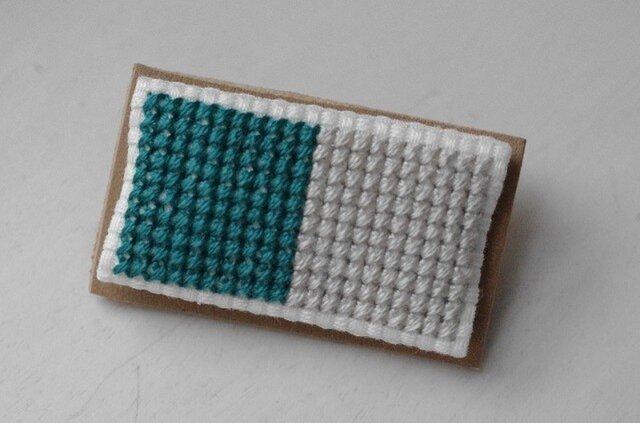 四角x2のブローチ / ティールグリーンx灰白色の画像1枚目