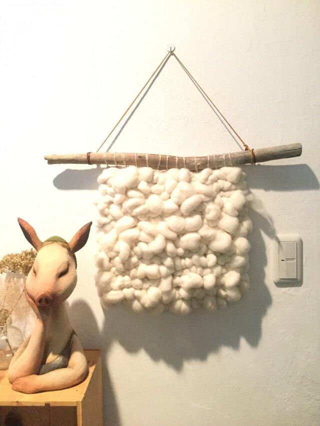 ポコポコ羊毛と流木のウォールハンギングの画像1枚目