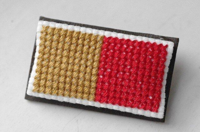 四角x2のブローチ / 黄金色x赤の画像1枚目