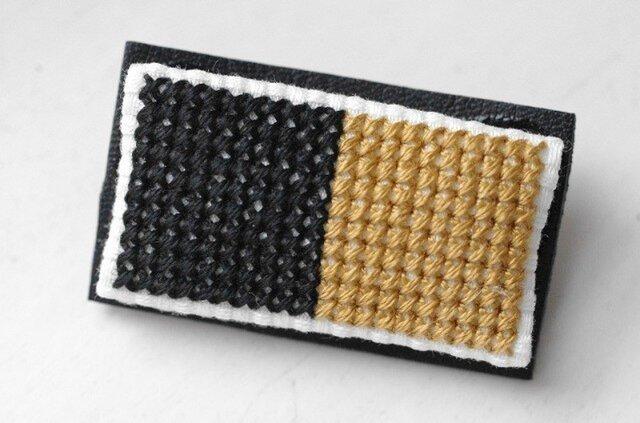 四角x2のブローチ / 黒x黄金色の画像1枚目