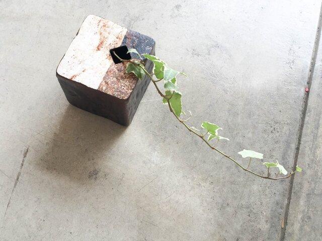 四角いブロックの花器(黒釉)の画像1枚目