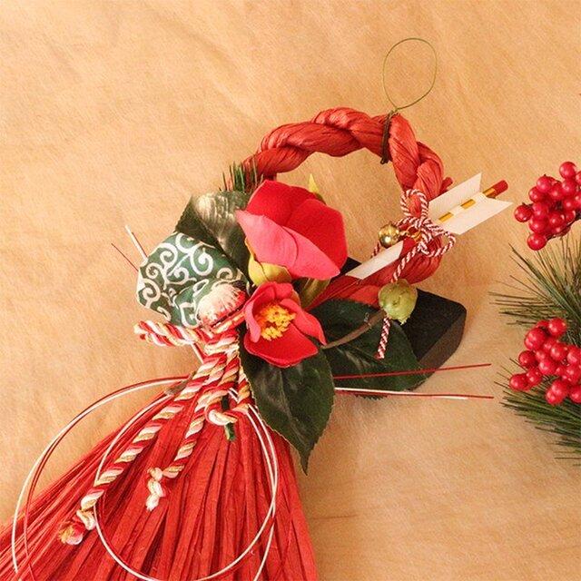 お正月たて長赤い椿と獅子頭のしめ縄の画像1枚目