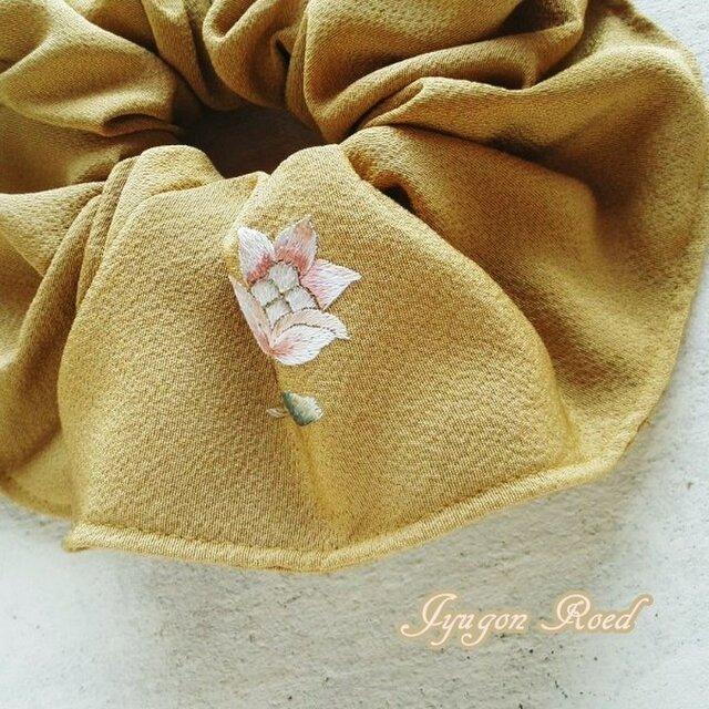 刺繍・シルクのシュシュ(芥子色)の画像1枚目