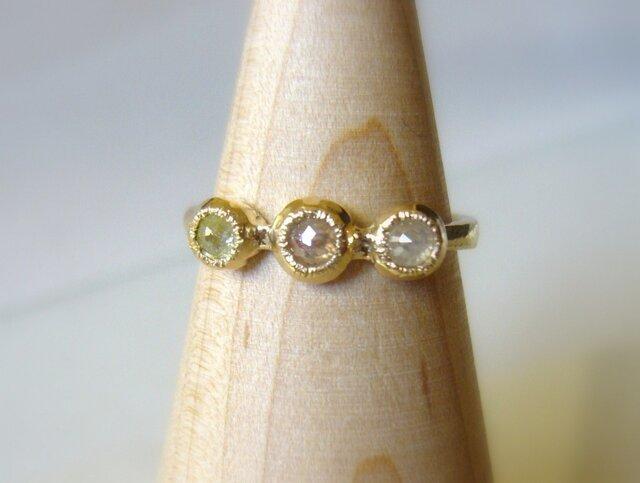 3つのナチュラルカラーダイヤの指輪の画像1枚目