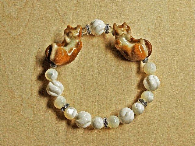 ネコブレスレット『お招き様』アビシニアン猫・白づくしの画像1枚目