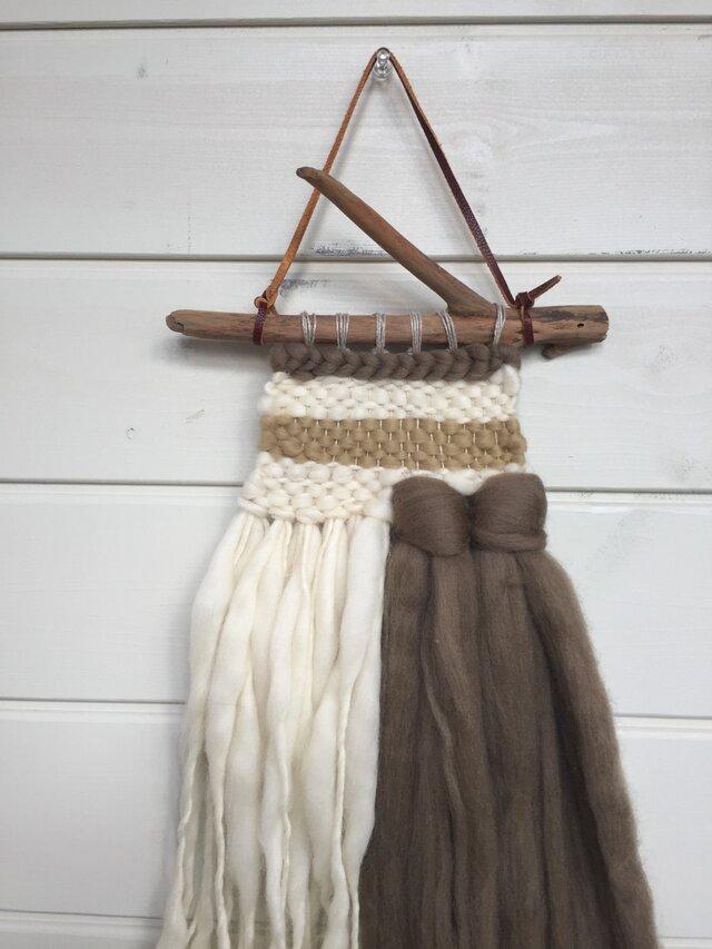 羊毛とと流木のツートンウォールハンギングの画像1枚目