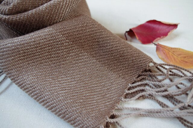 ブラウン&グレー 草木染・優しい色の手織りウールマフラー (枇杷&ヤシャブシ)の画像1枚目