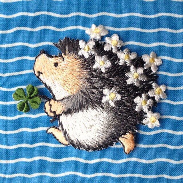 アップリケワッペン -花畑のハリネズミとクローバー W-0310の画像1枚目
