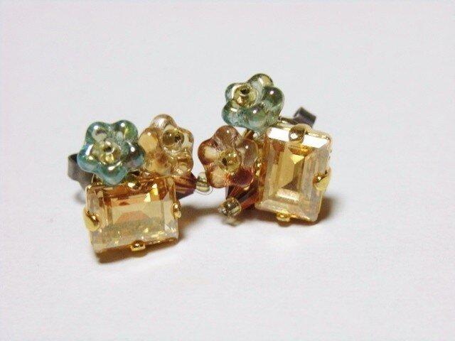 スワロフスキーの花束ピアス(チタン)ゴールド系の画像1枚目