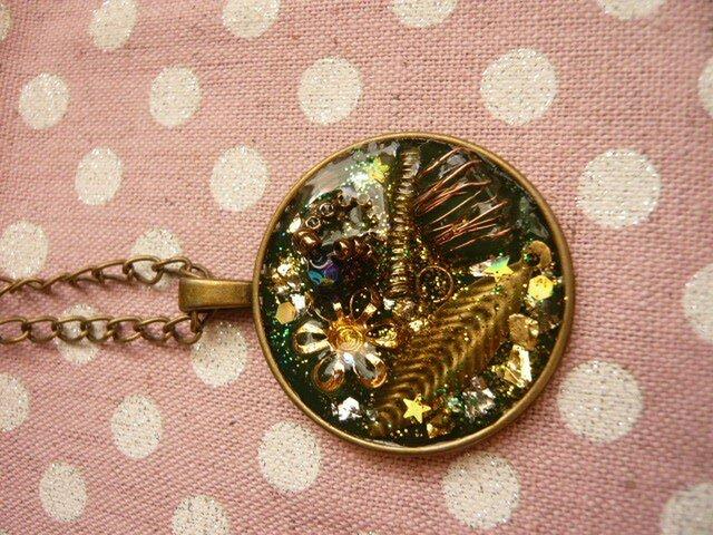 小さな指輪のオルゴナイト風ネックレス (深緑)の画像1枚目