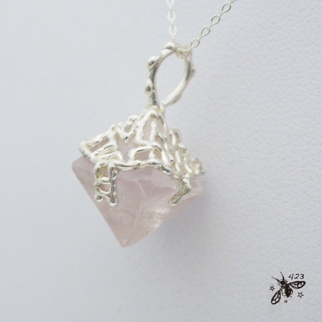 すみれ色八面体ホタル石(フローライト)原石ネックレス P123の画像1枚目