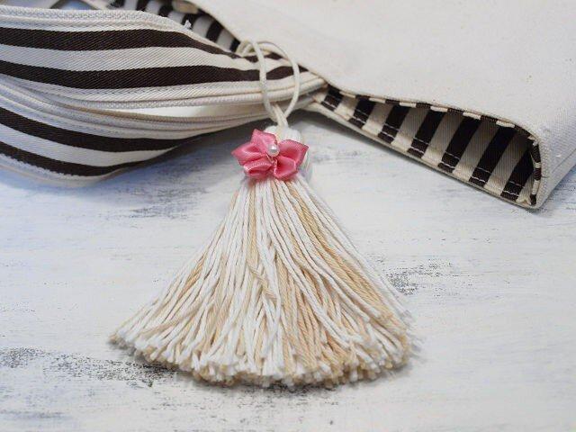 ❁サテンのお花タッセル❁ 【パール付きサテンフラワー】帯飾り・バッグチャーム・キーホルダー ベージュの画像1枚目