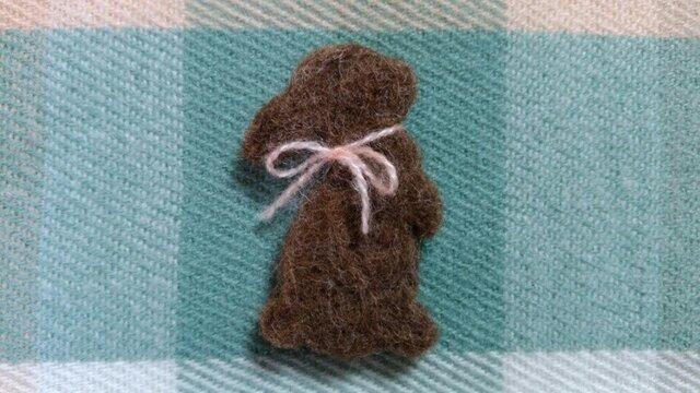 羊毛シルエットブローチ*たっちうさぎ*ブラウンの画像1枚目