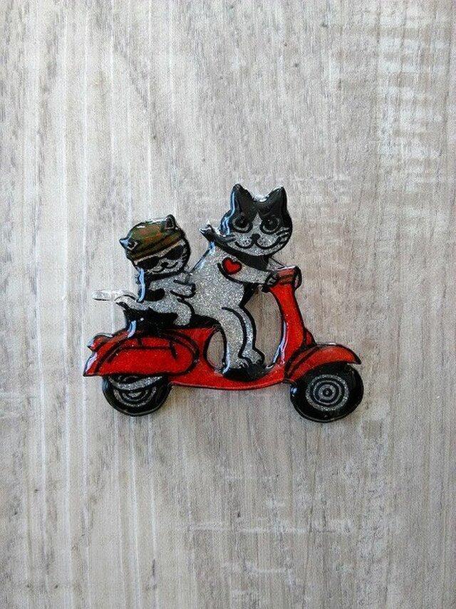 【SALE】猫のピカピカブローチ【バイク】の画像1枚目