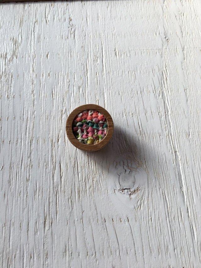 木と裂き織りのブローチ 丸09の画像1枚目