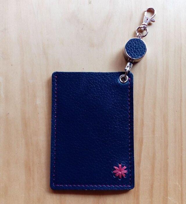 【受注製作】レザーパスケース(1ポケット・コードリール付) #デイジー-紺の画像1枚目