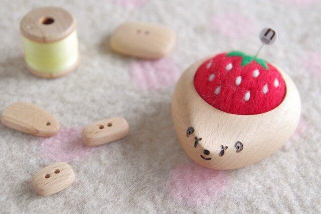 ハリネズミの羊毛ピンクッション 【針山】いちご strawberryの画像1枚目