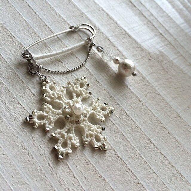小さな雪の結晶と雪だまのブローチの画像1枚目