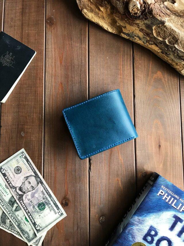 イタリアンレザーを使用した青色の二つ折り財布の画像1枚目