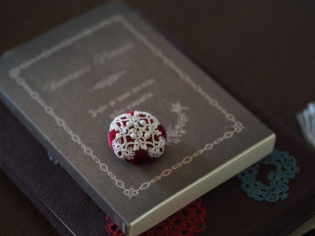 真っ赤なベロアと白いタティングのブローチ【オーダーメイド】の画像1枚目