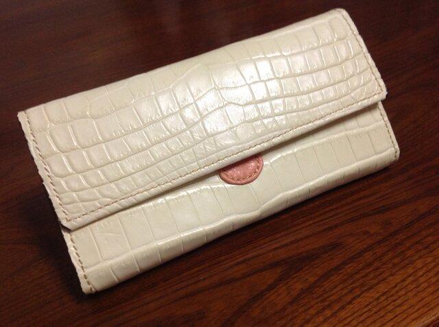 クロコダイルミルキィホワイト手縫い長財布の画像1枚目