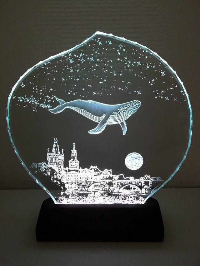 星降る夜・クジラ・プラハ ガラスエッチングパネル Mサイズ・LEDスタンドセット(ランプ・ライト・照明)の画像1枚目