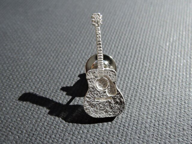 ギターのピンブローチ ( アコースティックタイプ )の画像1枚目