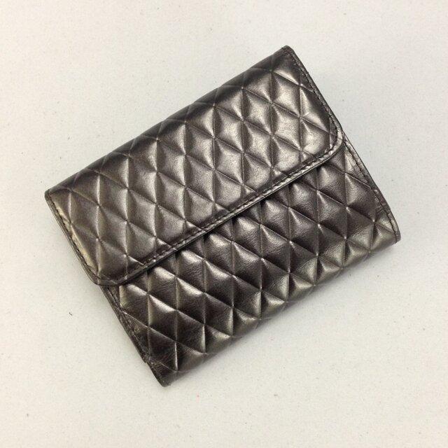 本革*キルト風型押し革の二つ折り財布の画像1枚目