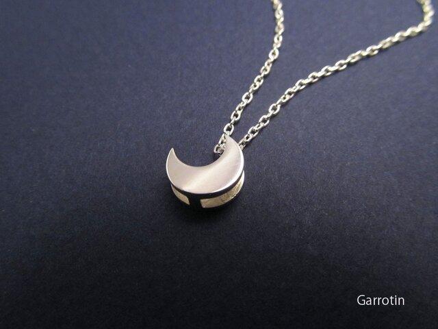 小さな月のペンダントの画像1枚目